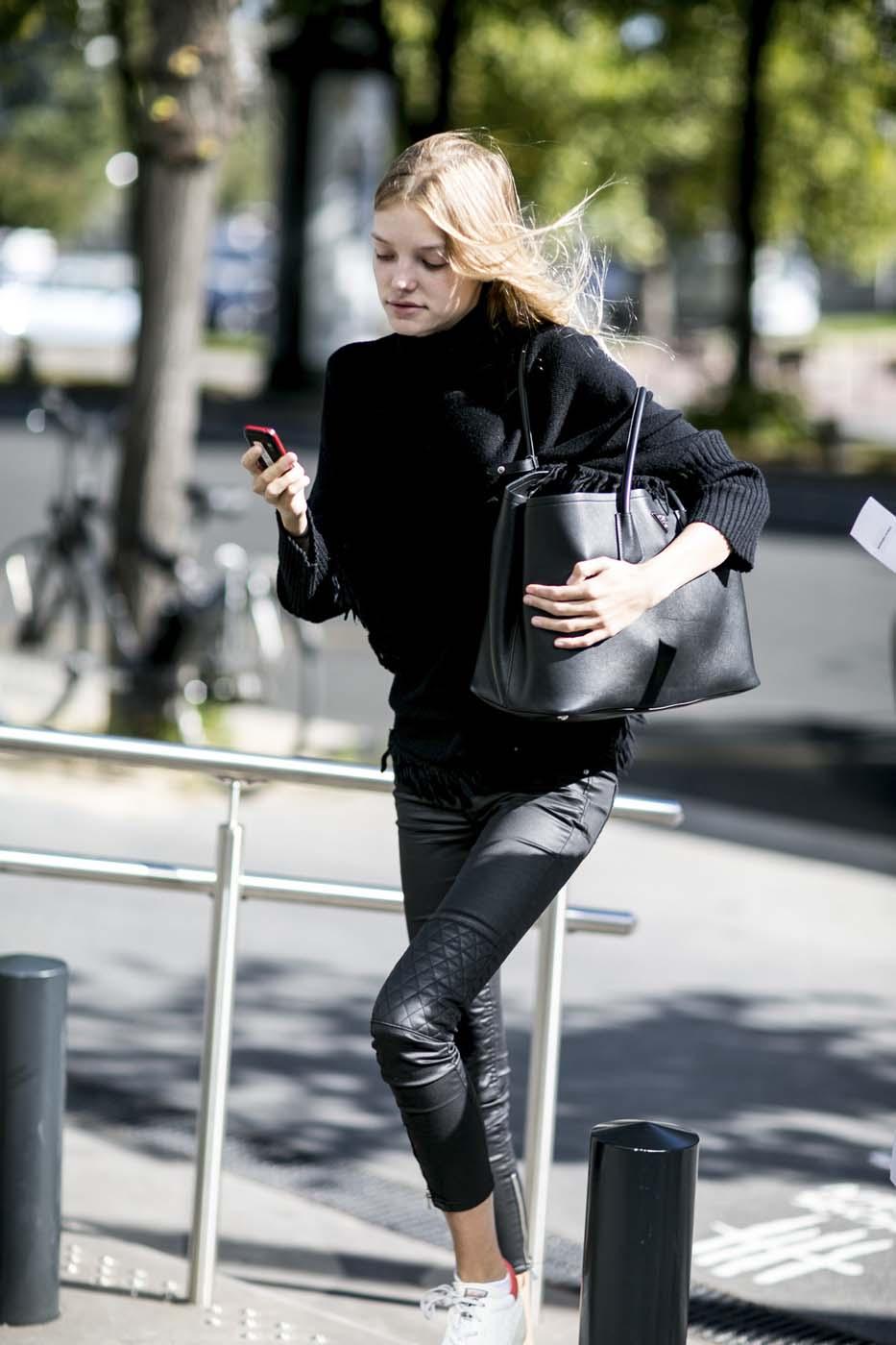 64071c15394c3 street style fashion week femme sportswear slim jeans baskets blanches